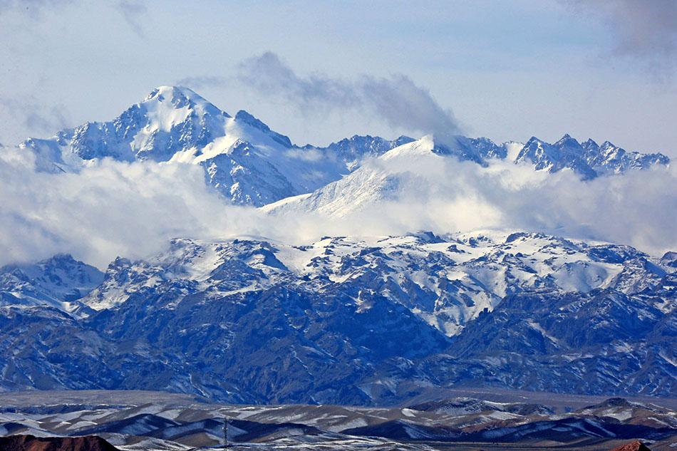 新疆哈密,天山雪景。