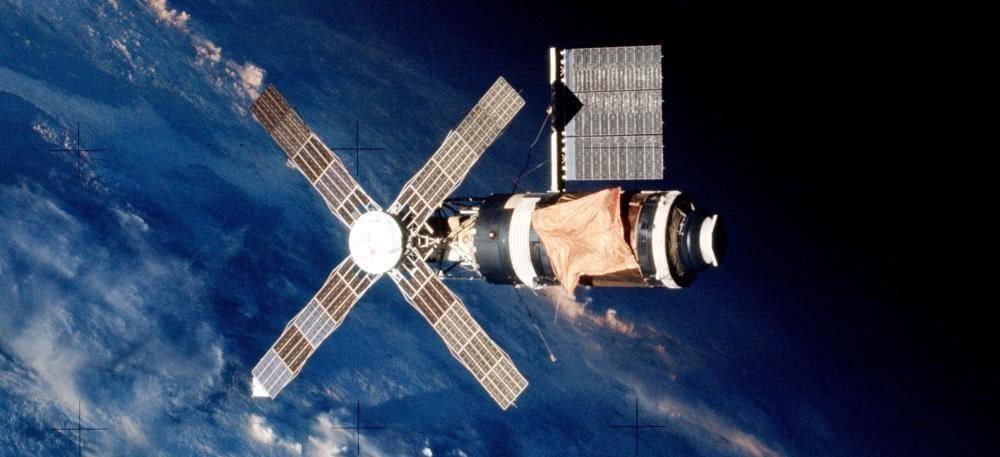 """美国发射的第一个空间站""""天空实验室""""尺寸和重量都明显大于苏联""""礼炮1号""""空间站。"""