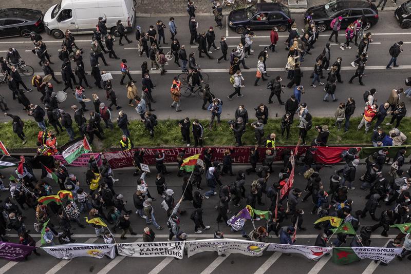 当地时间2021年5月2日,德国柏林,五一劳动节当天民众举行庆祝节日的游行集会活动,但也有一些抗议防疫限制的示威活动,演变成暴力骚乱,造成93名警察受伤,354名违规者被捕。