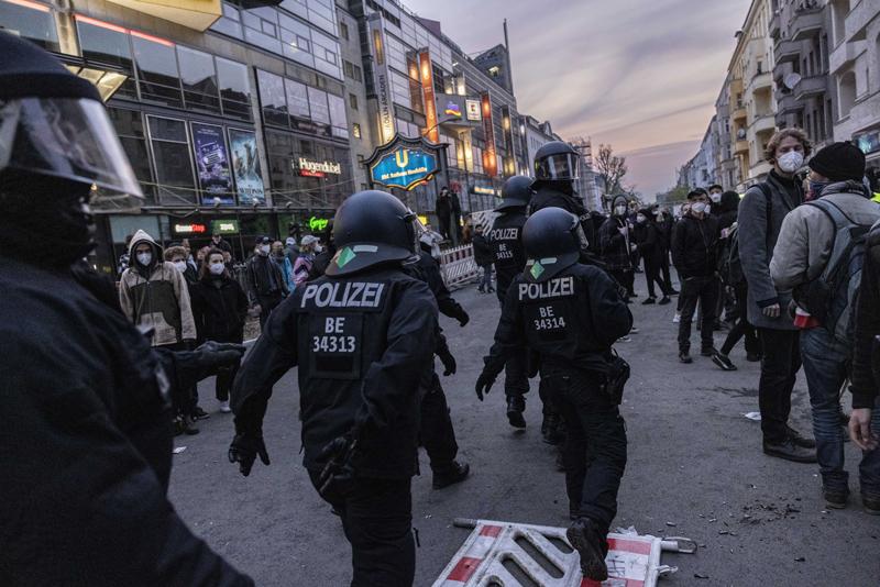 当地时间2021年5月2日,德国柏林,警察在暴力骚乱现场维持治安。