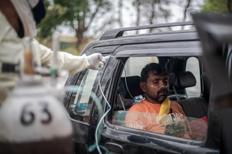 当地时间2021年5月2日,印度新德里,新冠患者正使用氧气瓶。印度卫生部2日公布的数据显示,印度24小时内新增新冠确诊病例392488例,已连续11天单日新增超过30万例。