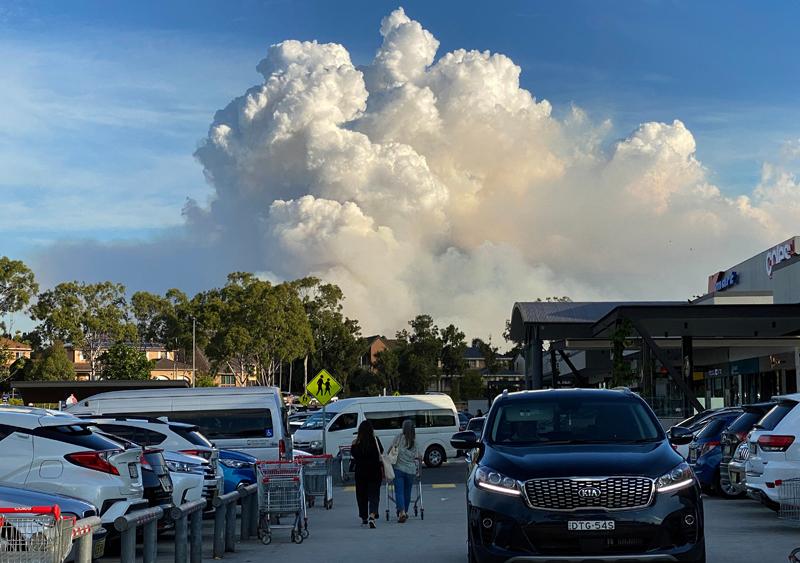 当地时间2021年5月2日,澳大利亚悉尼,整个悉尼笼罩在浓密的丛林大火造成的烟雾中,浓烟遮蔽了天空。