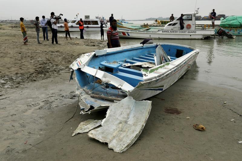 当地时间2021年5月3日,孟加拉国马达里布尔,一艘载有约30人的船只与一艘运沙船在该国帕德玛河上相撞后倾覆,至少25人死亡,另有5人获救。
