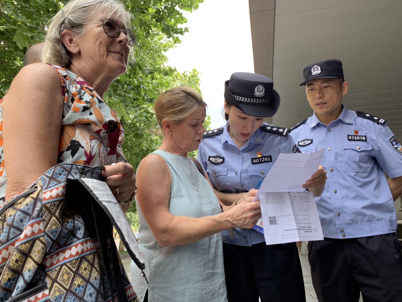 民警冯逸璇(右二) 本文图片均由上海市公安局 提供