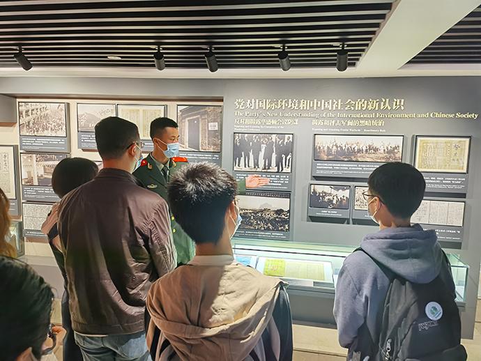 2021年5月4日,中共二大会址纪念馆,武警上海总队执勤第四支队十中队志愿者讲解员正在为游客讲解。汪仁猛摄