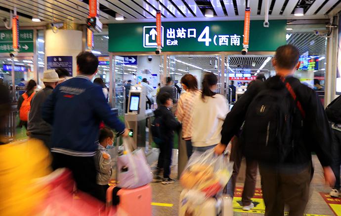 """2021年5月4日,北京,当日是""""五一""""假期结束前一天,北京西站迎来铁路客流返程高峰,客流平稳有序。人民视觉 图"""