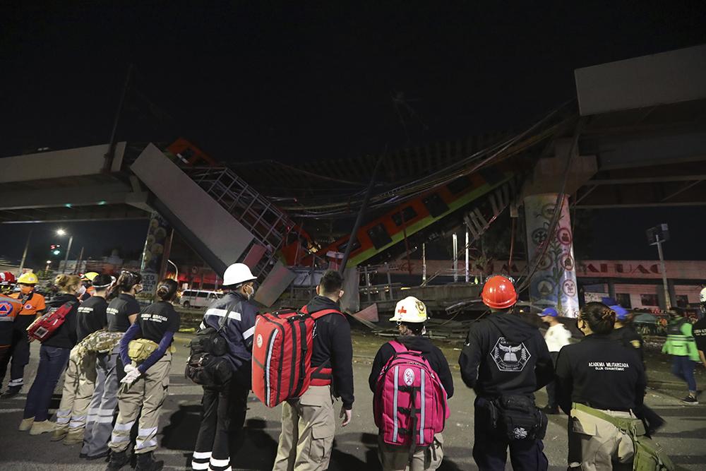 当地时间2021年5月4日,墨西哥墨西哥城,当地3日晚间发生了轨道交通设施坍塌事故,民众在现场围观。 人民视觉 图