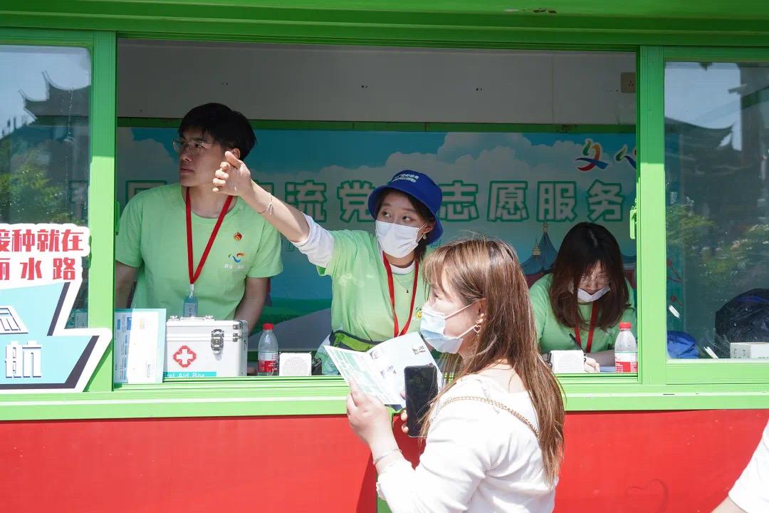 """""""小青菜""""志愿者在为游客提供志愿服务 本文图片均为上海黄浦区豫园街道提供"""