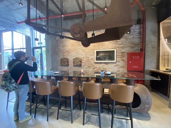 """用當年蒸汽分水器切割改裝成的""""潛水艇""""長餐桌,可供12人同時用餐。"""