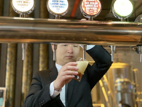 吧臺的服務員在給顧客準備力波精釀啤酒
