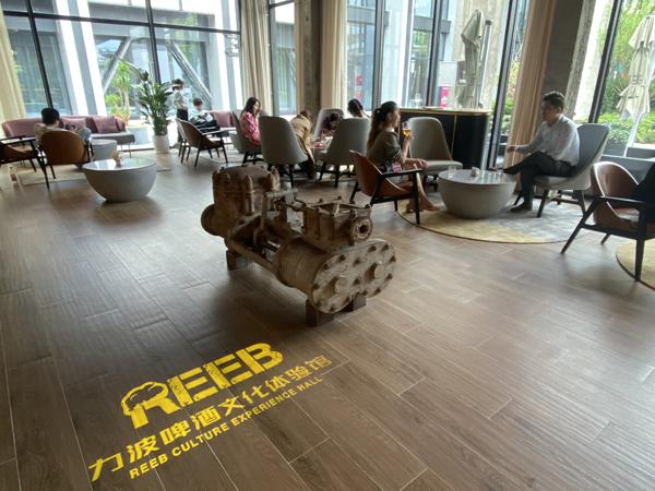 """今天正式開業的""""力波1987精釀"""",力波老廠的老設備老物件也被原封不動地保留,作為餐廳背景或裝飾。"""