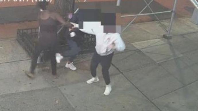 美国纽约2名亚裔女性遭陌生人用锤子袭击,1人受重伤