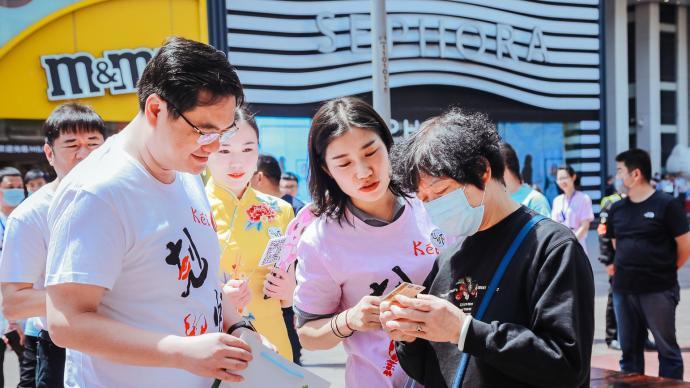 盱眙县委书记在上海街头推销小龙虾,发放10万张旅游金卡
