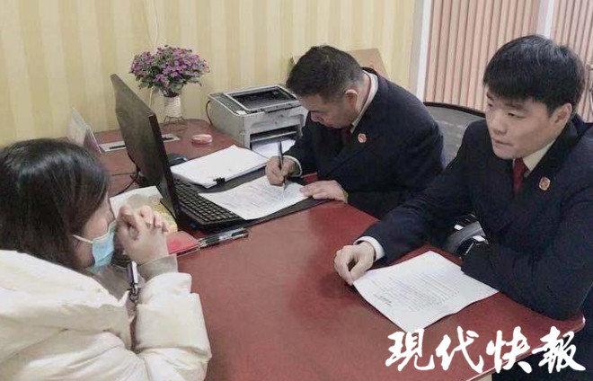 王红在接受检察官问询。 检察院供图