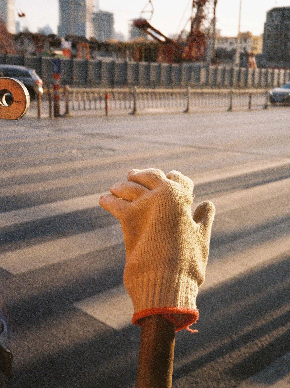 2021年1月,上海马路边。澎湃新闻记者 周平浪 图