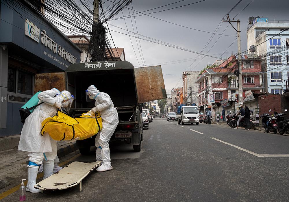 当地时间2021年5月5日,尼泊尔加德满都,搬运新冠患者遗体送往火葬场。澎湃影像 图