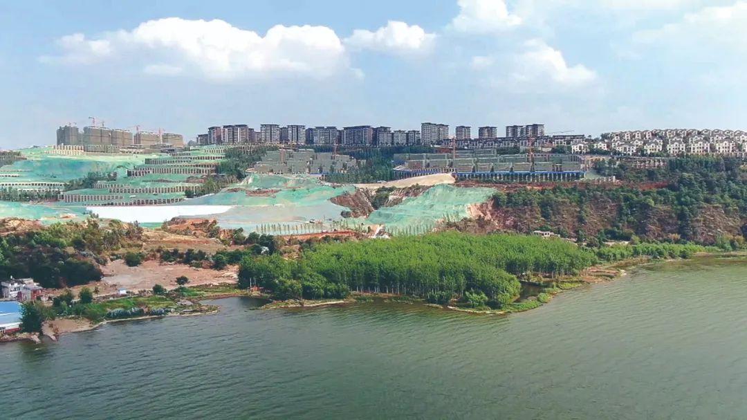 长腰山紧临滇池区域(滇池二级保护区)被大开大挖,严重破坏原有自然生态,挤占滇池生态空间(中央生态环保督察组供图)。