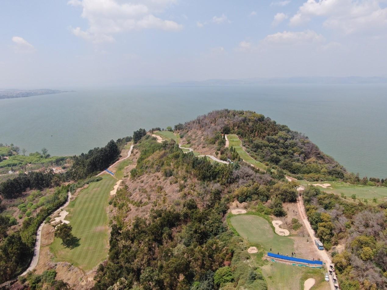 位于滇池东岸的昆明铭真生态爱心苑高尔夫球场,侵占滇池一级保护区456.68亩 督察人员供图