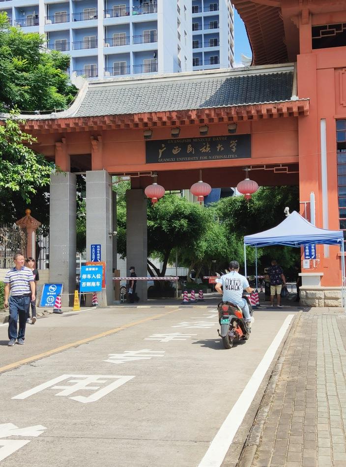 夫妇二人在广西民族大学宿舍楼家中遇害。 澎湃新闻记者 王万春 图