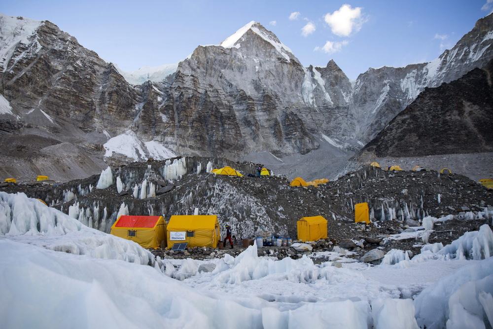 当地时间2017年4月7日,尼泊尔,珠峰大本营内登山者的帐篷(资料图)。据海外网报道,位于尼泊尔境内的珠穆朗玛峰大本营已有至少17名登山者确诊感染新冠病毒。