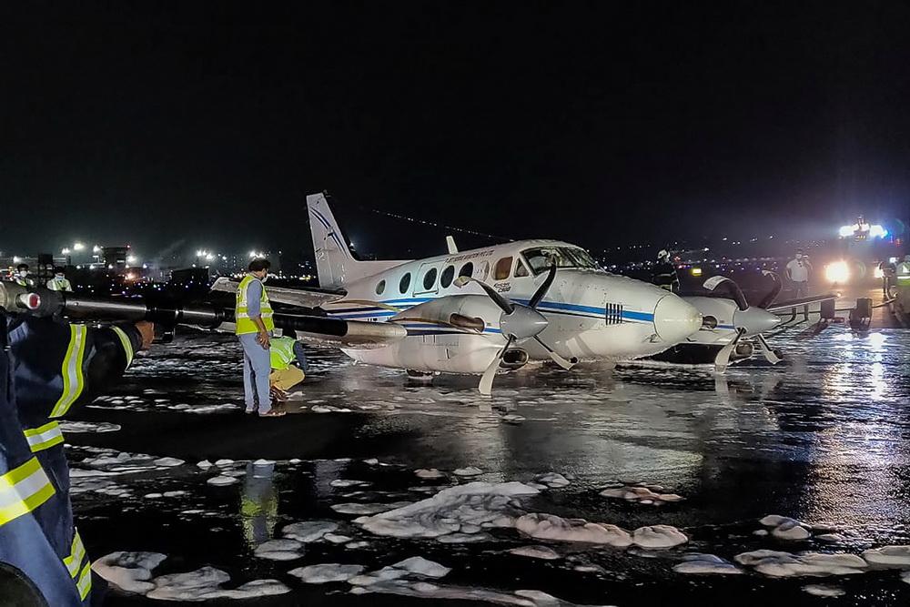 当地时间2021年5月6日,印度孟买,印度一架救护机因一个轮胎掉落,在孟买机场紧急迫降,最终该飞机安全着陆,无人员伤亡。