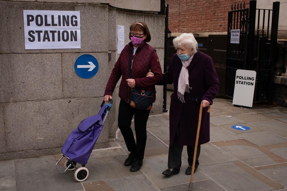 当地时间2021年5月6日,人们离开英国伦敦一处投票站。英国地方选举6日开始,这是英国正式脱离欧盟后首次举行地方选举。