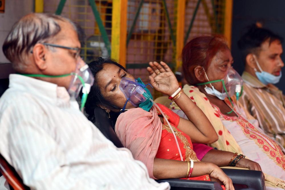 当地时间2021年5月7日,新冠患者在印度北方邦的一处锡克教谒师所吸氧。印度卫生部7日发布的数据显示,印度单日新增新冠确诊病例数再次打破纪录,达到414188例,累计确诊超过2140万例。