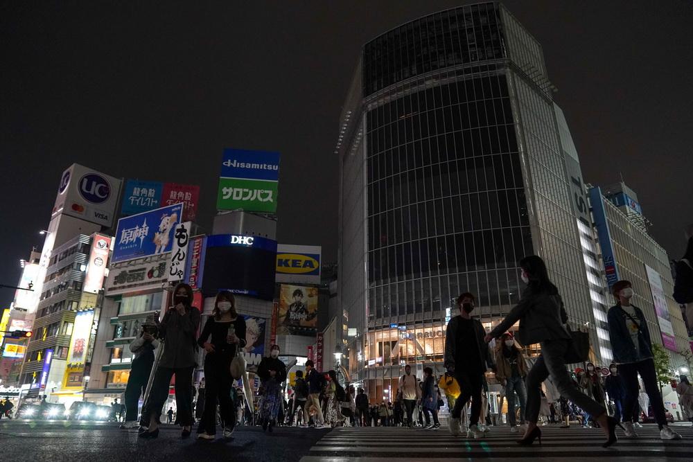 """当地时间2021年5月7日,日本东京涩谷街头夜晚""""熄灯"""",呼吁人们减少夜间出行娱乐。日本政府7日决定,将东京都、大阪府、京都府、兵库县4地的紧急状态延长到5月31日,同时12日起将爱知县和福冈县也列入紧急状态实施范围。"""