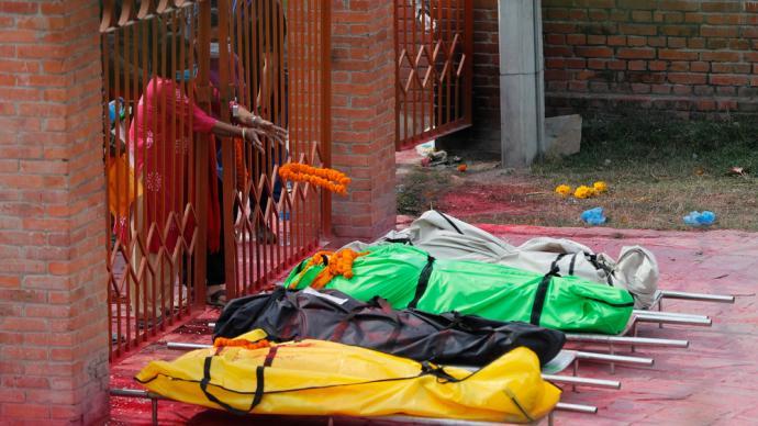早安·世界|尼泊尔新冠疫情迅速恶化,确诊和死亡病例数飙升