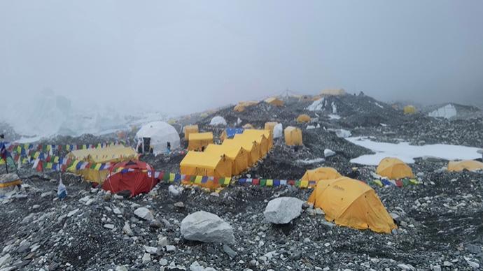 连线|尼泊尔珠峰大本营中国登山者:确有新冠病例,已送下山