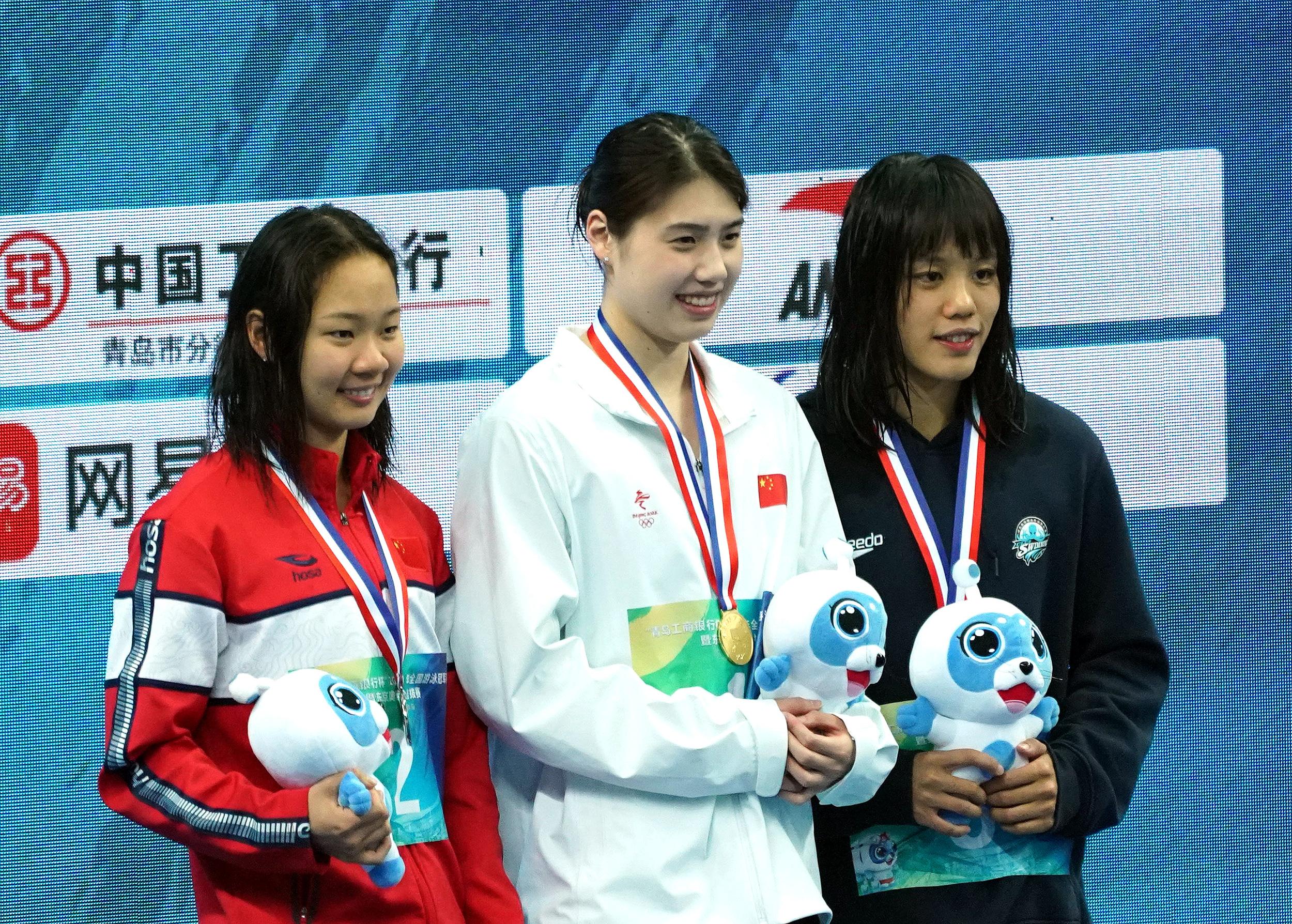 张雨霏(中)站上最高领奖台。