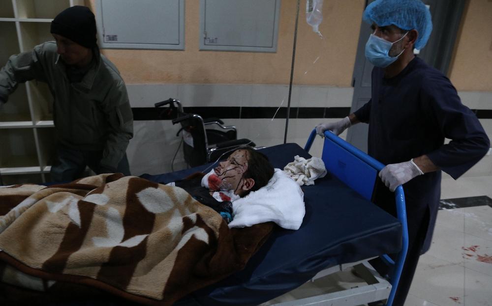 当地时间2021年5月8日,阿富汗喀布尔,一名受伤儿童被送进医院救治。