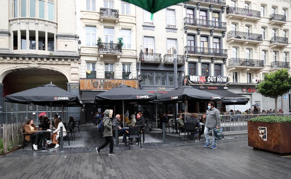 当地时间2021年5月8日,比利时布鲁塞尔,在为期7个月针对新冠肺炎疫情的长时间封锁措施后,咖啡馆与餐厅终于能够接待客人,当地民众也来到街上。