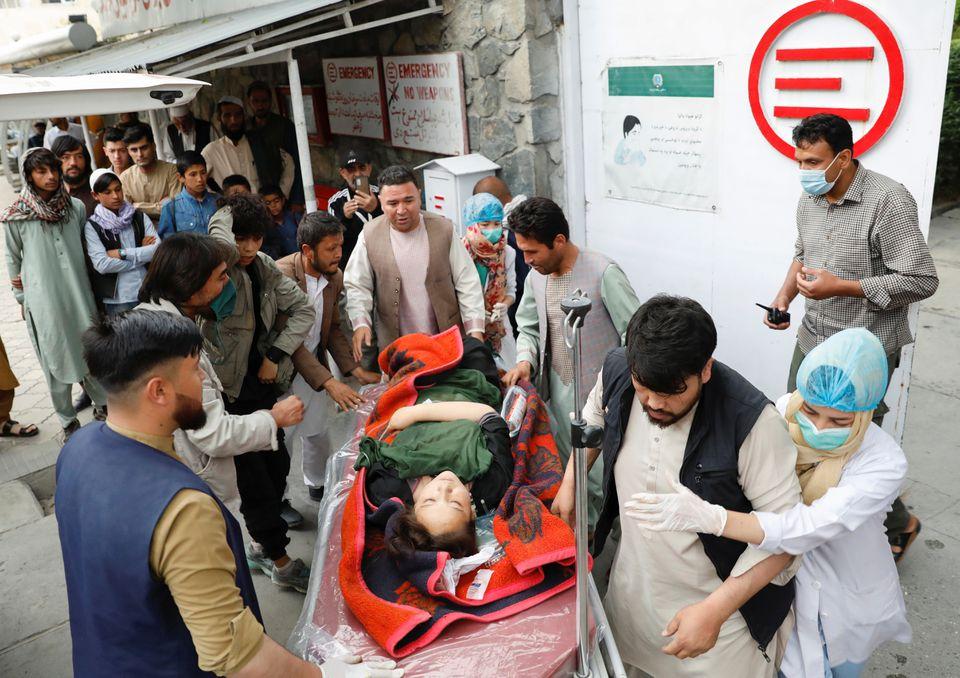 当地时间8日,一名受伤女子被送医。