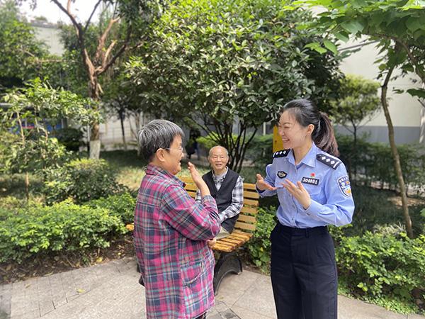 5月8日上午,傅筱飞(左)告诉何巧(右)她要外出旅游。澎湃新闻记者 王鑫 图