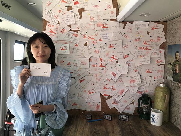 曹紫莹在明信片写下对祖国的祝福。