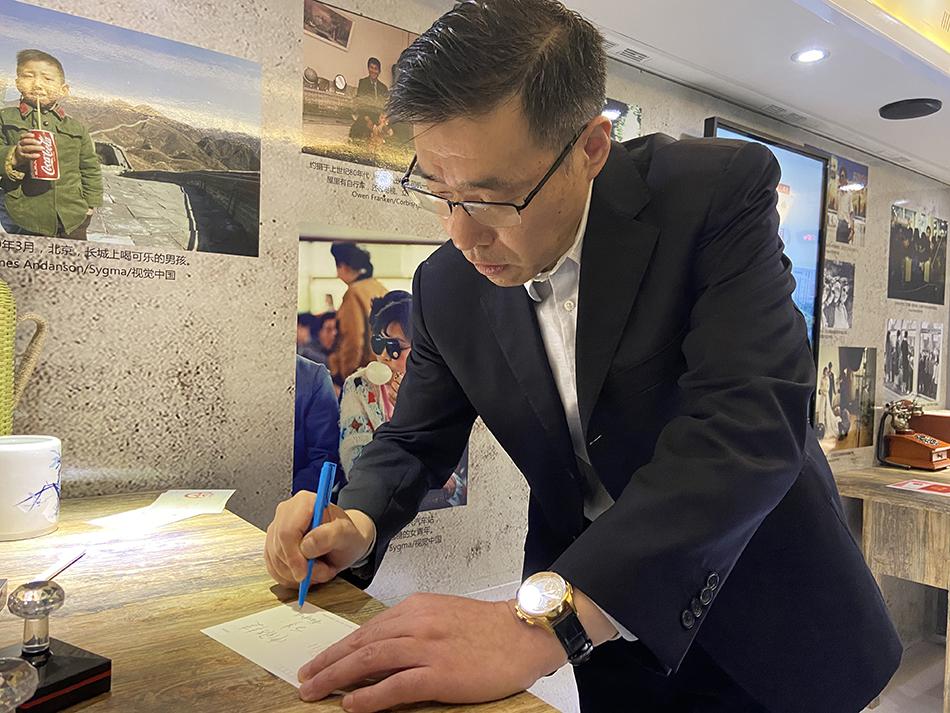 重庆师大新闻学院党委书记郑志坚在澎湃新闻建党百年专属定制明信片上写下寄语。
