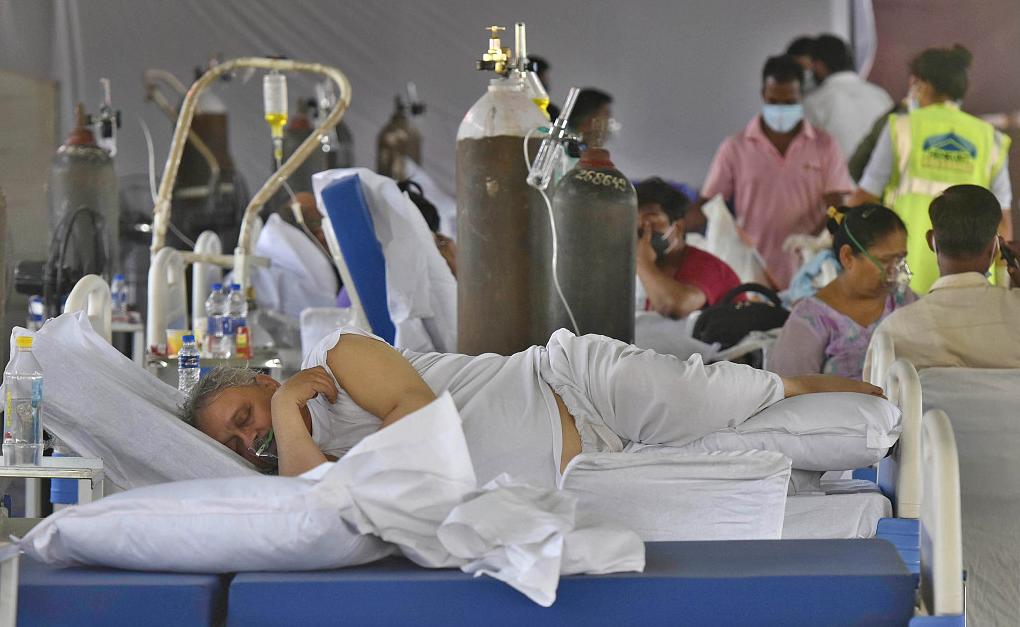 """印度哈里亚纳邦,新冠患者在当地一家""""氧气中心""""中吸氧(资料图)"""