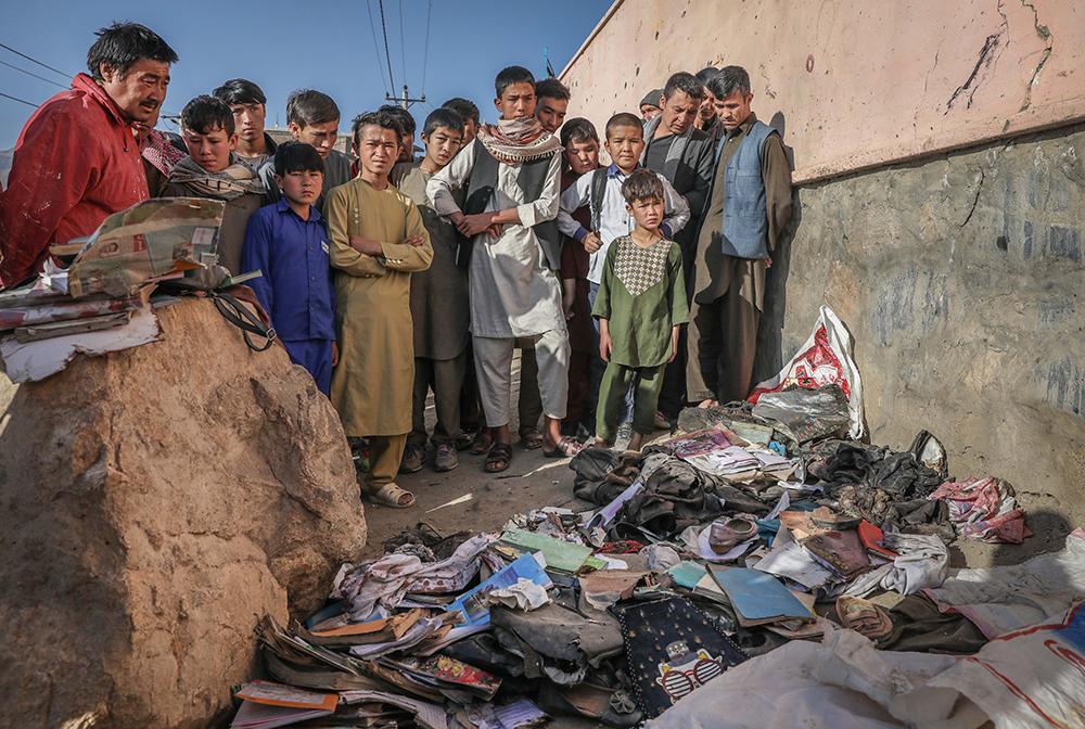当地时间2021年5月9日,在阿富汗喀布尔,爆炸事发地堆满了学生们的遗物。阿富汗首都喀布尔8日发生的连环爆炸案遇难者人数已上升至68人,另有165人受伤。