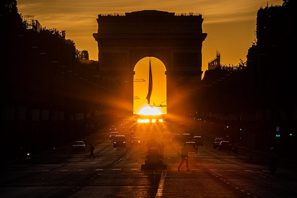 当地时间2021年5月8日,在法国巴黎香榭丽舍大街拍摄的凯旋门落日景象。