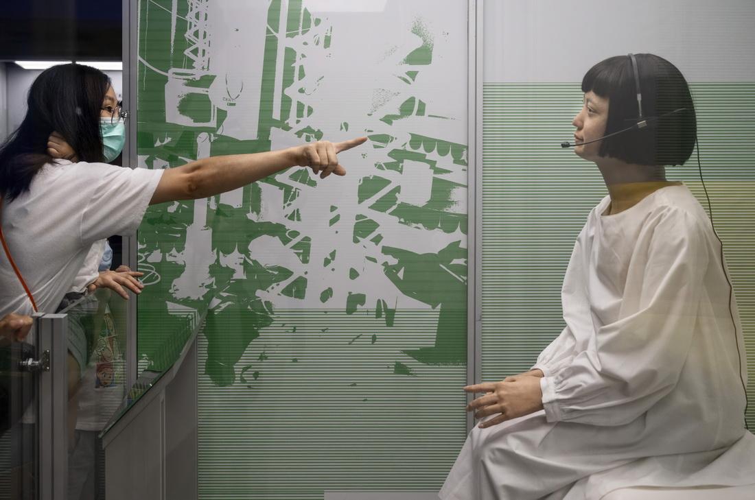 """2021年5月8日,香港,香港科学馆举行""""机械人的五百年""""展览,游客前来参观。展览分为5个展区,包含不同主题和年代,包括来自16世纪意大利的具活动关节人体模型。"""