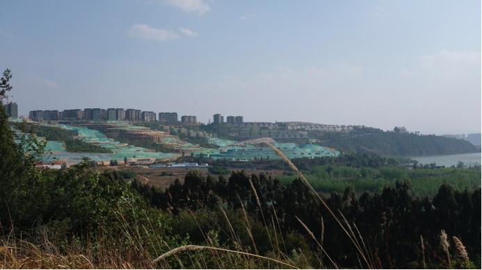 整个长腰山已被开发蚕食,滇池集水区生态空间被严重挤占。