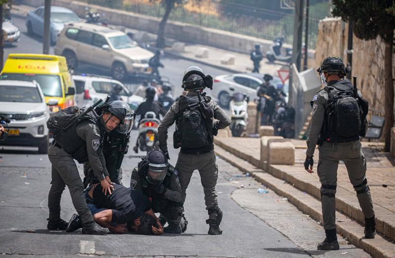 当地时间2021年5月10日,耶路撒冷老城圣殿山,以色列警察逮捕一名巴勒斯坦示威者。