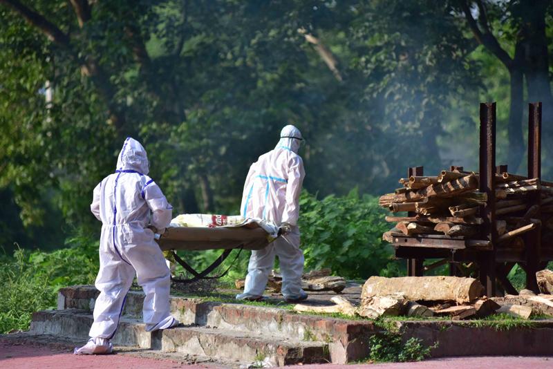 当地时间2021年5月9日,印度纳加奥恩,工作人员在殡仪馆内搬运新冠死者的尸体。据印度医生近日通报,少数正在康复和已康复的新冠肺炎患者感染罕见的毛霉菌病,已有多人失明甚至死亡。