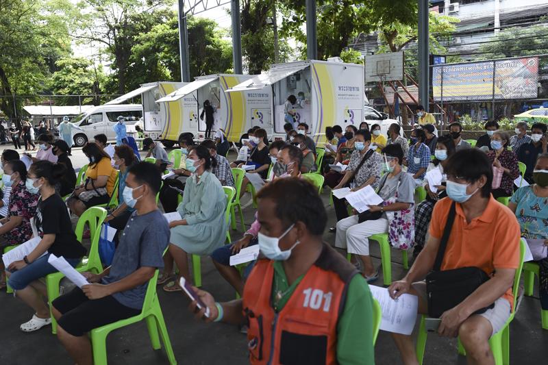 当地时间2021年5月10日,泰国曼谷,民众在街头等待接受新冠病毒检测。当日,泰国新冠疫情管理中心透露,在泰国境内确诊首例在印度发现的变异新冠病毒感染病例。