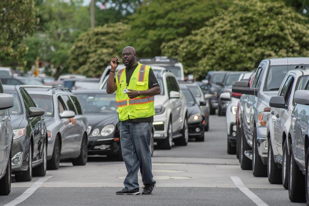 当地时间2021年5月11日,美国弗吉尼亚州,受到燃油管道关闭影响,民众开车前往加油站,排队加油。