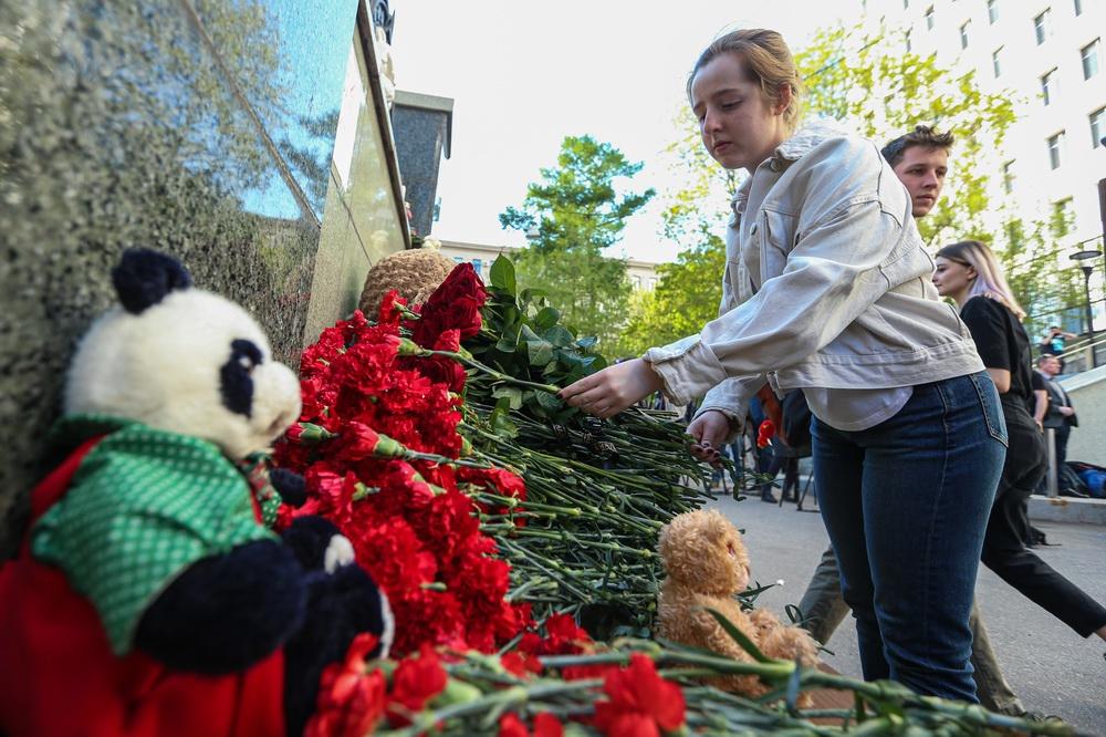 当地时间2021年5月11日,人们来到俄罗斯鞑靼斯坦共和国驻莫斯科代表处献花,悼念喀山枪击事件遇难者。俄罗斯鞑靼斯坦共和国新闻局11日说,当天该共和国首府喀山市第175中学发生枪击事件,目前已造成8人死亡、约20人受伤。