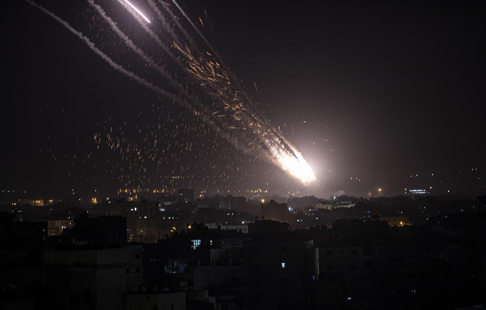 当地时间2021年5月11日,加沙地带,以色列国防军表示,加沙地带的武装人员对以色列的火箭弹袭击仍在继续,已持续10个小时,加沙地带的武装人员向以色列发射超过200枚火箭弹。