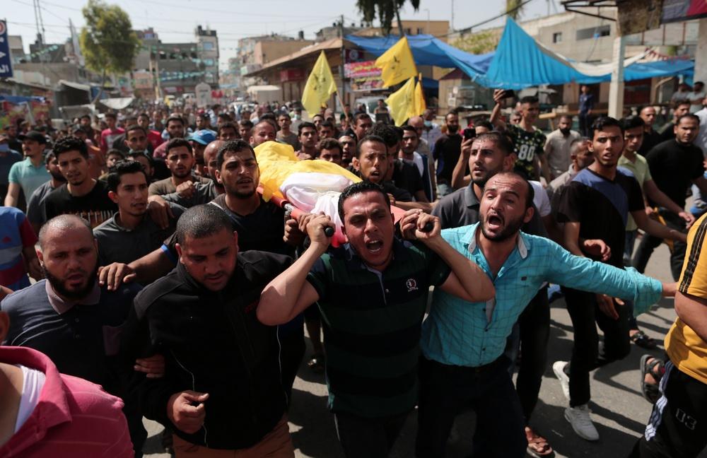 当地时间2021年5月11日,在加沙地带拜特哈嫩,人们运送空袭遇难者的遗体。当地时间2021年5月11日,以色列继续轰炸巴勒斯坦伊斯兰抵抗运动(哈马斯)位于加沙地带的军事目标。巴勒斯坦卫生部门官员11日说,以军从10日开始的轰炸造成巴方至少23人死亡,其中包括9名儿童,另有110人受伤。