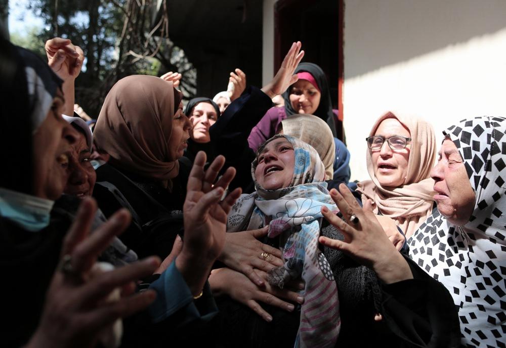 当地时间2021年5月11日,在加沙地带拜特哈嫩,家属出席空袭遇难者的葬礼时悲痛不已。